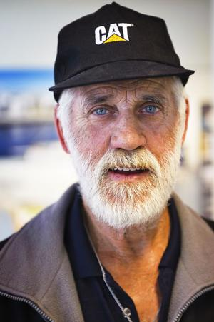 """Australiensare. 72-årige Ben har rest hela vägen från Australien för att turista i de nordiska länderna.  """"Jag kom nyss hit och ska först promenera runt i staden och sedan gå på museum här. Jag måste köpa en souvenir härifrån också, eftersom mina barn hemma i Perth vill ha en souvenir från varje stad jag besöker""""."""