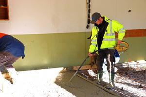 Den överflödiga betongen ska bort och blandningen måste befrias från luftubblor.