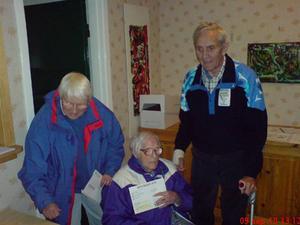 Gertrud Lööv 105 årförhandsröstade med sina barn Sally och Harry.