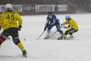 Ljusdal räckte inte till i snökampen mot Vänersborg. Nu väntar ett nervigt kvalspel för plats i nästa års elitserie.