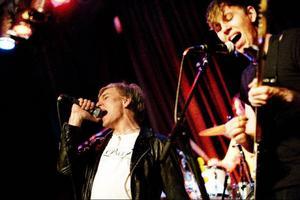 Tvivelfront var energiska och sångaren Jerker Ersare slog på såväl cymbaler som gitarrer med sina nävar under framträdandet. Foto: Mattias Pettersson