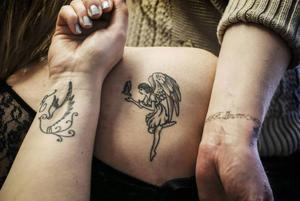 Flera av de anhöriga har gjort tatueringar för att hylla Ellinore. Från vänster: Mamma Liselotte har en likadan tatuering på handleden som Ellinore hade.  Systern Lovisa har samma motiv på skuldran som användes i dödsannonsen. Systern Elin har tatuerat ett armband med Ellinores namn.