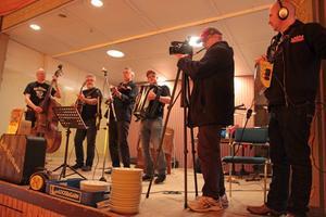 Tagning... Lill-Stickans gammeldansorkester filmas av teamet Lars Bermann och Kenneth Selin under en spelning för pensionärer i Ljusdals Folkpark.