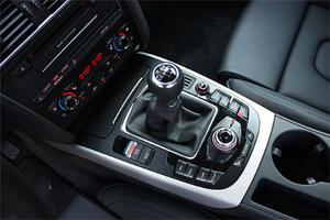 Runt växelspaken samlas knapparna som manövrerar MMI-systemet (33 900 kr): navigator, radio, telefon med mera.
