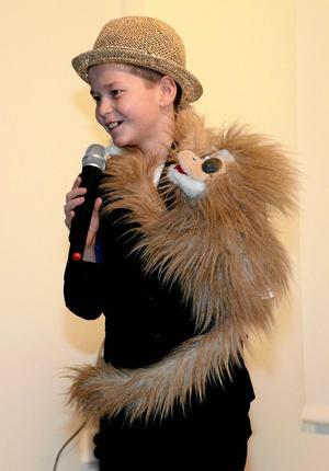 Roliga historier. River Gunnarsson hade med sig sin apa Nikko på scenen och berättade roliga historier. Foto: Veronica Svensson