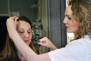 Camilla lärde sig trådning i London. En teknik som tar bort alla svåråtkomliga och ljusa hårstrån.