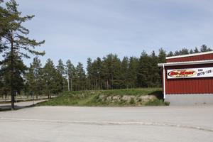 Parkeringen nedanför gokarthallen hade kunnat bli platsen för den nya bandyhallen på Hällåsen, men marken är för dålig och nu måste kommunen leta efter en annan lösning.