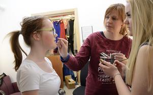 Samarbete. Läraren Andrea Behmrell ger tips hur läppstiftet kan läggas. Alma Öhmar hjälper Alva Ernstål.