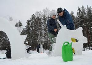 En drake i is ska byggas. Han Xingmou och Hans Tollin diskuterar designen av isskulpturen. Chalmers är på besök i Hällefors och jobbar med design i is.