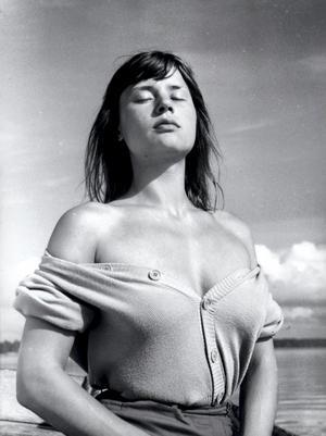 """Klassisk bild. Harriet Andersson spelade huvudrollen  i """"Sommaren med Monika"""" en klassiker som föddes ur samarbetet mellan Gunnar Fischer och Ingmar Bergman."""