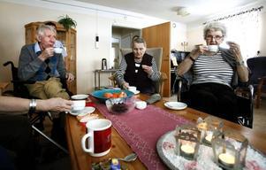 Edvin Bjöörn, Taimi Mäenpää, Lillan Ohlsson och Kerstin Knutsson (utanför bild) diskuterar alkohol med GD till förmiddagskaffet.
