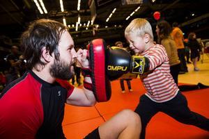 4-årige Casper Lindström tar i ända från tårna, Henrik Nilsson från ÖKSF tar emot.