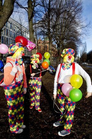 Julia Sköld, Hanna Weiåker och Johanna Lundgren fotograferades av förbipasserande i går morse.