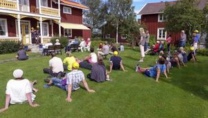 Byavandringen har här kommit till Anders-Mats. Alla sitter och lyssnar när Mats och Margareta Bergkvist berättar om gårdens historia.