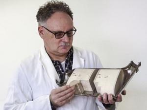 Schweizforskaren Norbert Heeb varnar för att även bensinmotorer släpper ut farliga partiklar.