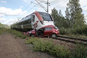 2 september. Den 1 september hände det som inte får hända. Bilföraren fick motorstopp mellan bommarna vid järnvägsövergången i Håksberg, norr om Ludvika. Föraren hann ta sig ut ur bilen sekunder innan Tåg i Bergslagens persontåg var framme i korsningen och rammade bilen.
