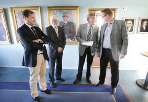 Stefan Henriksson, ordförande i Stiftelsen Den Göranssonska fonden (till vänster), Bo Strömberg och Henning Eneström överlämnade aktiedokumentet till Peter Kärnström.