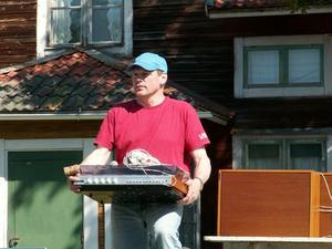Auktionist. Vad bjuds för en Dux-stereo av äldre modell? Auktionisten Lars Gyllenvåg ropar ut stereon under en auktion i Slätten. Foto:Åsa Larsson