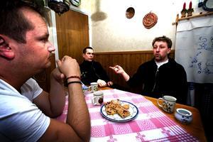Vart ska vi börja? Anders Pettersson, Nyhammar, Jörgen Borg, Grangärde, och Jan-Olov Olsson, Nyhammar, planerar den första nattvandringen i Nyhammar. Foto: Anita Carlson