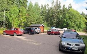 Parkeringen utanför avdelning Fabian på Skräddarbackens skola är för liten. Eftersom det inte finns parkeringsplatser ställs bilar utefter kanterna.FOTO: MARIA SVENSSON