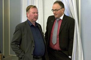 – Det som länsklinikcheferna skriver måste väga ganska tungt i vågskålen, säger Hans Hedlund (C), här tillsammans med oppositionsrådet Per Wahlberg (M).