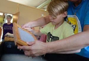 Här tillverkas det papper. Edin Pajazetovic vid vattenkaret. Nu ska det tillverkas handpapper.