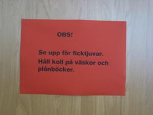 Varningsskylt. Den här lappen är en som varnar för ficktjuvar i butiken Myrorna.foto: Carina widell
