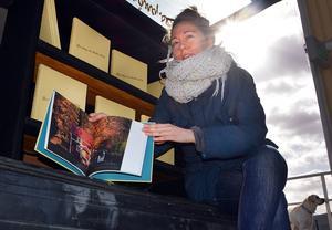 Sara Linderoth med sin fotobok