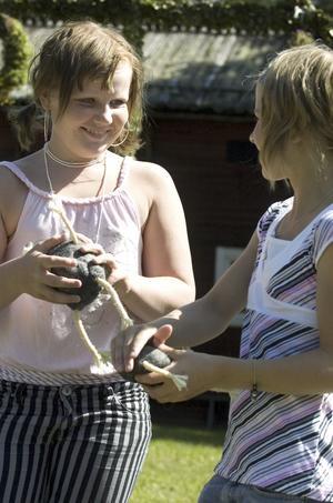 Ullkonstnärer. Emma Pers, 12 år, till vänster och Jenny Nilsmats, 11 år, jämför trollen de gjort av fårull.