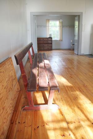 En av kyrkbänkarna från tiden då huset byggdes har församlingen lämnat kvar åt Tomas Johansson.