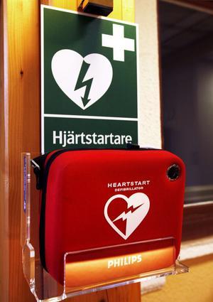 Hjärtstartare ska vara märkta med den officiella symbolen: ett grönt hjärta med en vit blixt. Fast på skylten vid hjärtstartaren i GD:s reception har färgerna bytt plats.