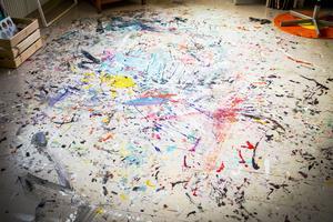 I ateljén får kreativiteten flöda fritt – till och med på golvet.