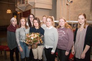 Felicia Tinglöw (med blombukett) och tärnorna Hanna Robertsson, Amanda Landén, Dobroslawa Wikeling, Ida Bergqvist, Lovisa Engström, Elin Sjölander och Josefin Antonsson.