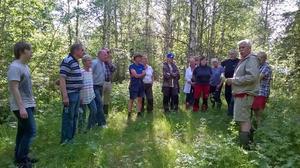 Jan Hedman, till höger, berättade om Näveråsvallen för Finnmarkens historiegrupp.