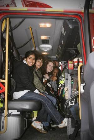 Provsittning.  Woroud Harbi, Ellinor Policarpo Gren, Ronja Anagrius och Sirak Mesfun från Murgårdsskolan tog chansen att provsitta brandbilen.