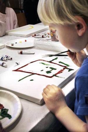Treåriga Albin målade en färgglad robot på lekterapin i går.