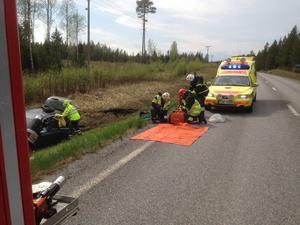 Räddningstjänst, ambulans och polis finns på plats.