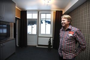 Jonas Lundblad i ett av rummen.