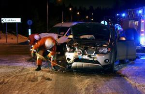 Tre personer fördes till sjukhus efter en kollision i korsningen Lasarettsvägen-Igeltjärnsvägen på måndagskvällen.