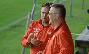 Anundsjötränaren Robert Bergström (till vänster) i samspråk med assisterande Johnny Dahlbäck.