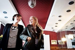 Ingrid Bergström Nilsson och Hanna Göransson drar igång Klubb pepp på Centralhotellet i Söderhamn.