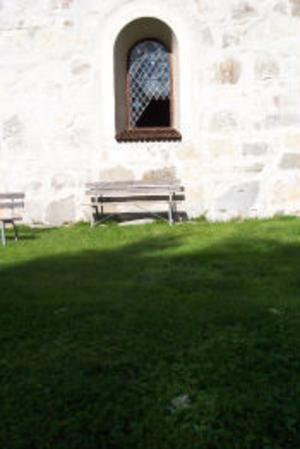 Det finns flera likheter med andra inbrott i den gamla kyrkan. En bänk bars fram till den södra sidan där sedan det blyinfattade fönstret krossades.