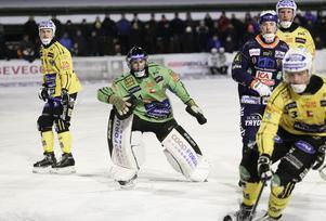 Dennis Wasberg var en jätte i buren när Bollnäs öste på framåt i första halvlek.