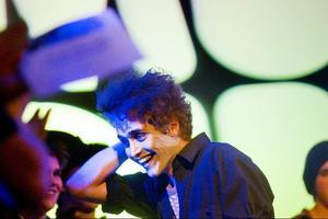 Bäst i Europa. Ja, Gustaf Lindstein-Modin från Gävle tog hem den internationella musik tävlingen i samband med Imagine-festivalen i Rumänien. Bilden ovan är tagen efter segern i Gävle.