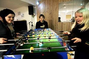 Match. I ungdomskaféet finns allt från pingisbord till multispel som det går att spela fotboll på. Lina Wiklund och Frida Rotkvist tar gärna en match med Viktor Henriksson som publik.