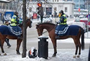 Ridande polis undersöker en väska på Klarabergsgatan i Stockholms city. Ett femtiotal extra poliser var på måndagen i city efter lördagens terrordåd av en självmordsbombare.