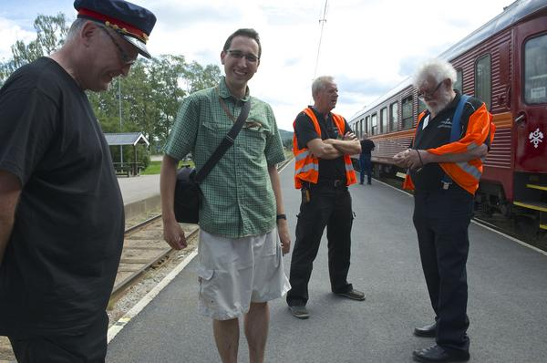 När det stod klart att resan genom Sverige skulle ske med ett  gammalt tåg var det självklart för Michael Mucha från Dresden (nummer två från vänster) att följa med.