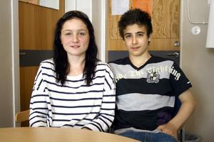 Johanna Dohn och Ali El-Dawi längtar båda till besöket på FC Barcelonas hemmastadium Camp Nou. Ali spelar själv fotboll och har Barcelona som favoritlag.BILD: DAN JONSSON