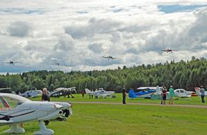 Medlemmar i Linköpings flygklubb satte sig i en DA 20, Bulldog, Smaragd och Jodel och visade upp flygplanens styrka.