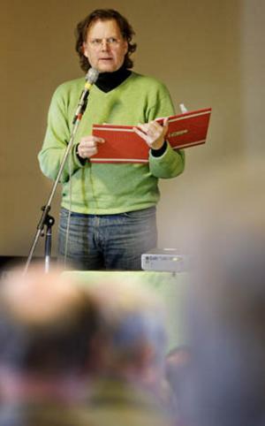 Skådespelaren och kulturpersonligheten Mikael Rahm läste egna texter på temat uranbrytning, på plats i Orrgården.